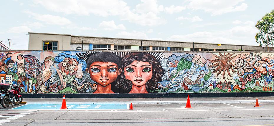 Elaboran mural en Colegio Alfonso Ugarte con pintura que captura la contaminación